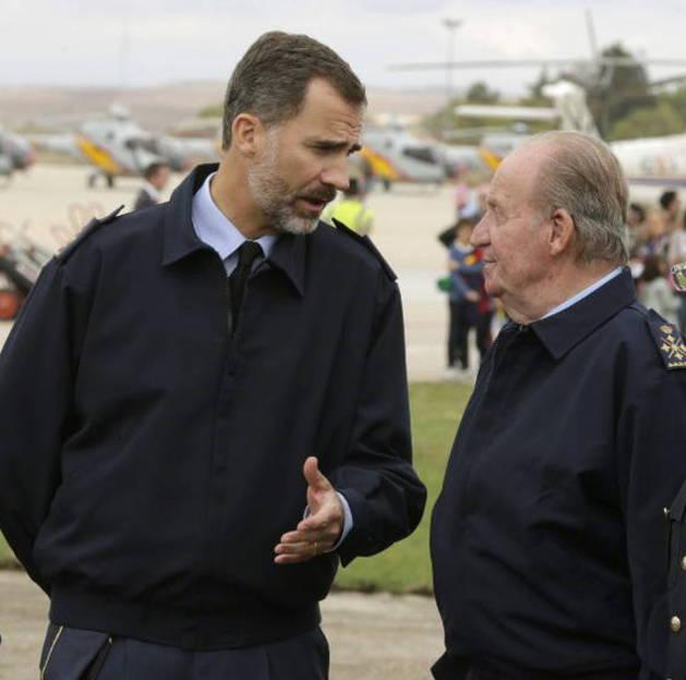 Los reyes Felipe VI y Juan Carlos I asisten al Festival Aéreo Internacional.