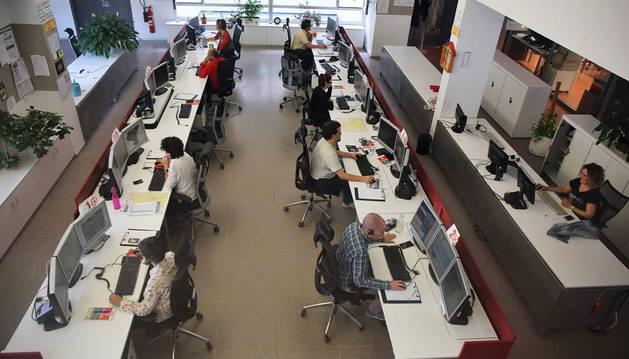 Operadores que reciben las llamadas en la sala de emergencias de la ANE.