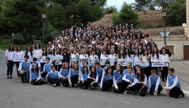 Los grupos participantes en la concentración de coros de la Ribera que se celebró en Cascante.