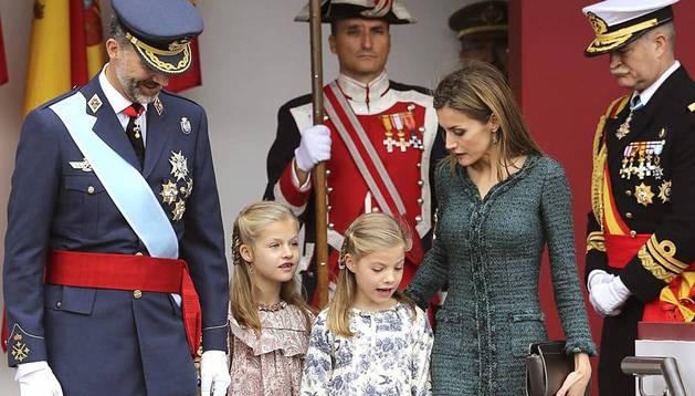 Por vez primera don Felipe y doña Letizia presiden este domingo en calidad de Reyes el desfile militar de la Fiesta Nacional, con motivo de la celebración de la Virgen del Pilar. Están acompañados por la Princesa de Asturias y su hermana, la infanta Sofía.