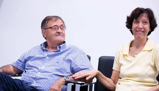 Herme Arizcuren Beroiz, de 69 años, y Miren González Herrero, de 68 años, rememoran en una sala de Civivox Iturrama los cruciales momentos  vividos