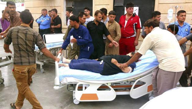 Traslado de heridos tras el estallido de una bomba