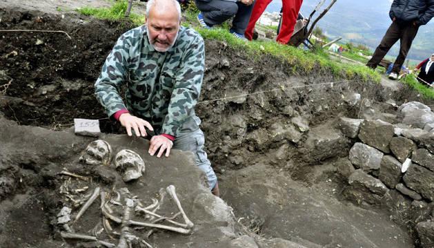 Nikolay Ovcharov muestra algunos de los esqueletos hallados