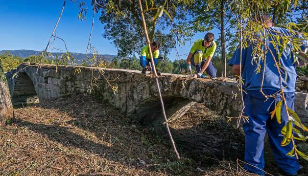 Puente románico del siglo XII sobre el río Ubagua, en Riezu. Los trabajos lo han despejado de maleza  y malas hierbas además de consolidar algunas piedras.