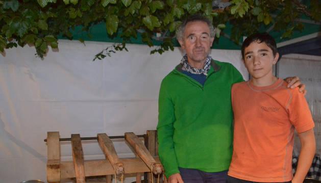 Arturo Sáez de Jauregui y su hijo Martín, después de la demostración de la elaboración de queso.