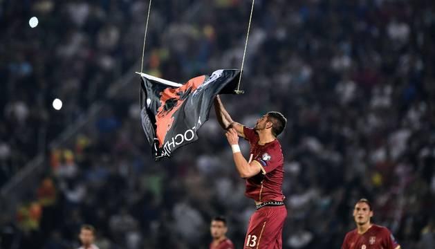 Mitrovic agarra la bandera que sobrevolaba el campo en un dron