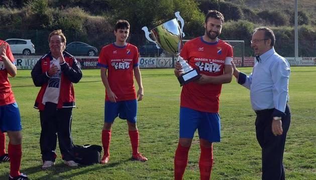 Eneko Viana recoge la Copa de Preferente a manos de Zudaire, concejal de Estella