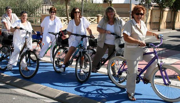Las trabajadoras de los Servicios Sociales de Corella, con sus bicicletas, recibirán el premio que otorgan la asociación Biciclistas.