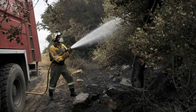 Un bombero, durante la extinción del fuego declarado en Ujué.