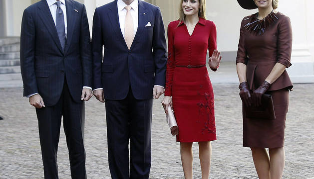 Los Reyes de España, don Felipe y doña Letizia, a su llegada al Palacio Noordeinden donde fueron recibidos por los reyes Guillermo-Alejandro y Máxima de Holanda,