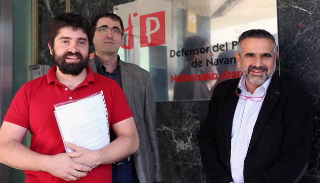 El presidente de la Federación Navarra de Rugby, Javier Lorente (izda.), a su llegada a las oficinas del Defensor