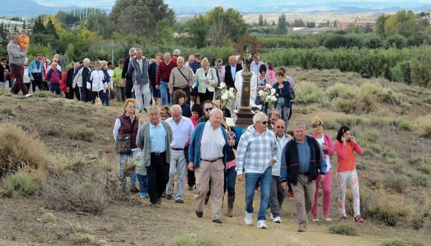 Imagen de la procesión de la Virgen del Pilar que se celebró en el montecillo de Urzante.
