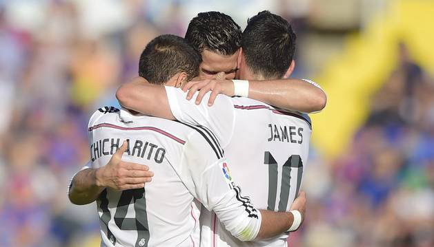 Cristiano celebra su gol con Chicharito y James