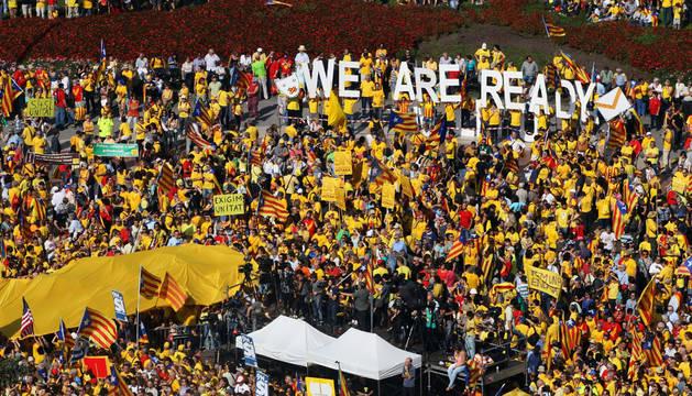 Miles de personas participan en la concentración convocada en la plaza de Cataluña Barcelona por la Assemblea Nacional Catalana (ANC) y Òmnium Cultural