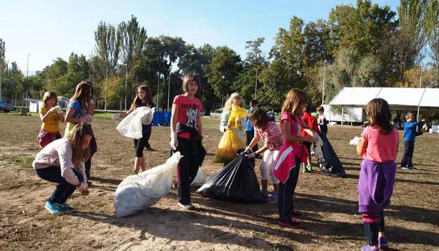 Los 226 alumnos de la ikastola ayudan en la limpieza tras el Oinez