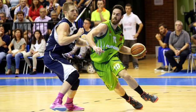 El alero del Planasa Navarra, Pablo Almazán, conduce el balón ante un rival del Oviedo.