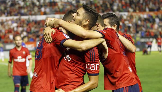 Los jugadores de Osasuna celebran el gol de Kenan Kodro