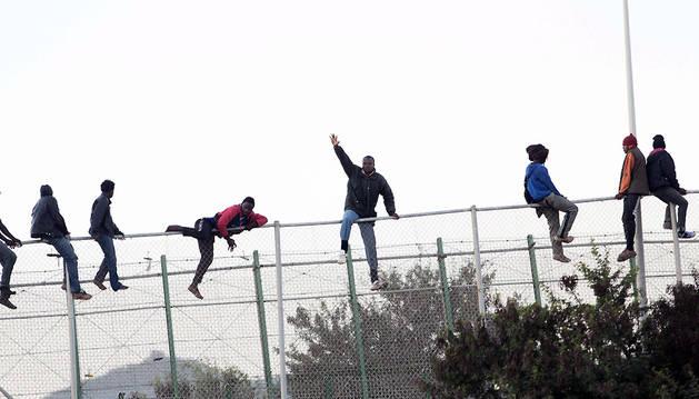 Inmigrantes en un intento de entrada a Melilla.