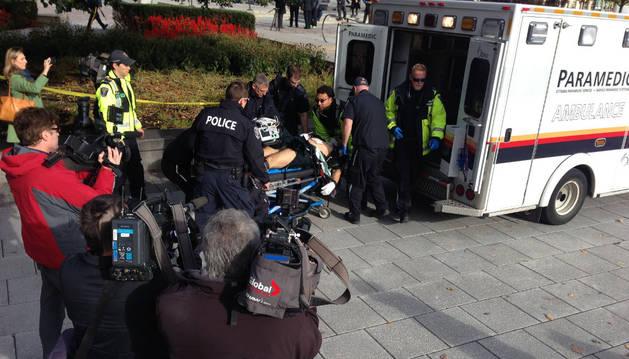 Los servicios médicos trasladan al herido en el tiroteo registrado en Ottawa.