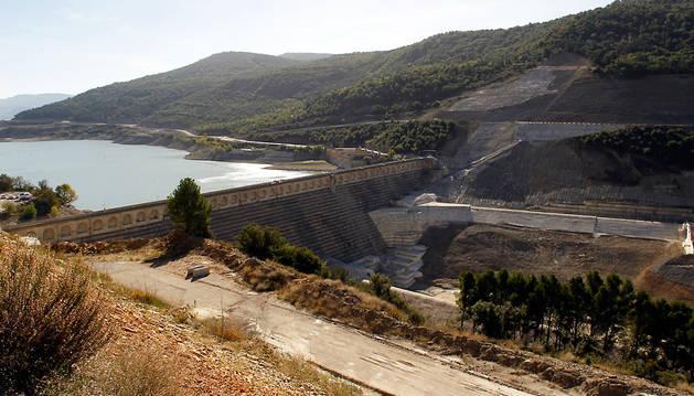 Vista de la presa actual y del espacio que ocupará la base de la futura presa