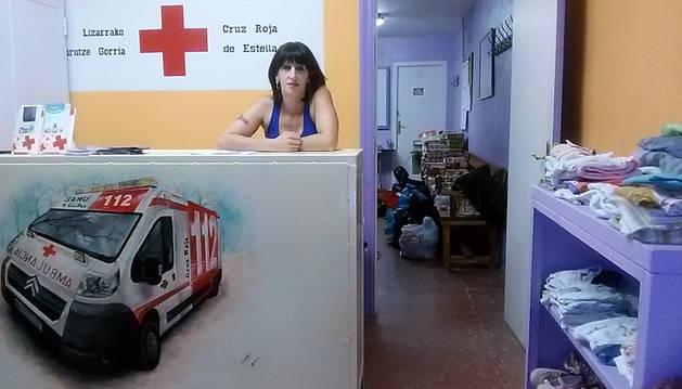 Garbiñe Basarte Echevarría, en la sede la calle la Rúa donde ha abierto sus puertas el ropero de Cruz Roja
