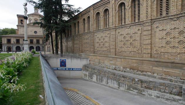 A la derecha, la parte trasera de las Salesas, en el paseo Doctor Arazuri. Al fondo, la iglesia de San Lorenzo