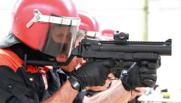 Varios agentes de Policía Foral prueban los nuevos lanzadores no letales que estrena el cuerpo policial
