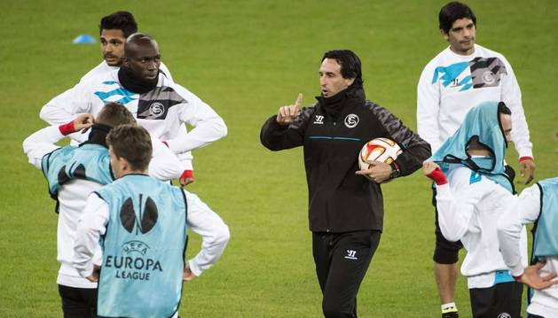 Unai Emery, entrenando al Sevilla