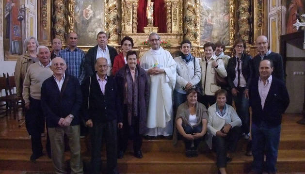 Los voluntarios homenajeados, en el altar de la ermita de la Virgen del Yugo de Arguedas