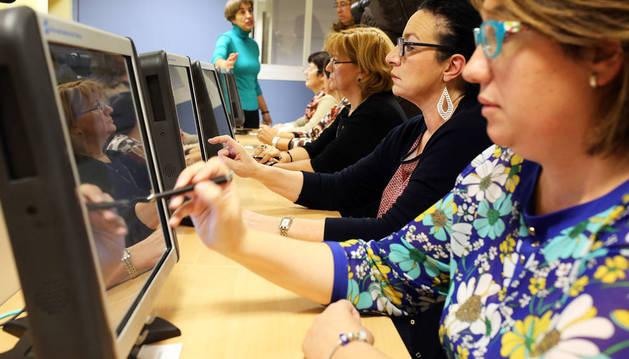Varias funcionarias de la DGT mostraron ayer en Pamplona cómo se lleva a cabo el nuevo examen de conducir. Al fondo, Belén Santamaría, directora en Navarra.