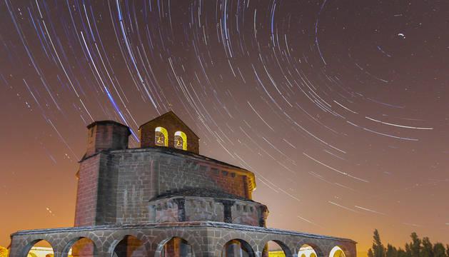 Santa María de Eunate rodeada de estrellas
