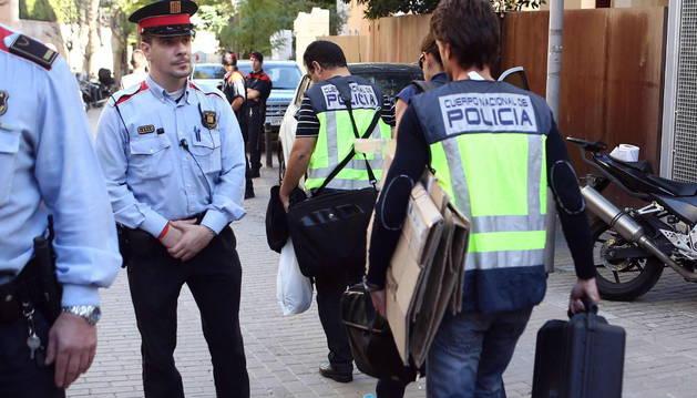 Agentes de la Policia Nacional salen de la casa de Oleguer Pujol, hijo menor del expresidente catalán Jordi Pujol.