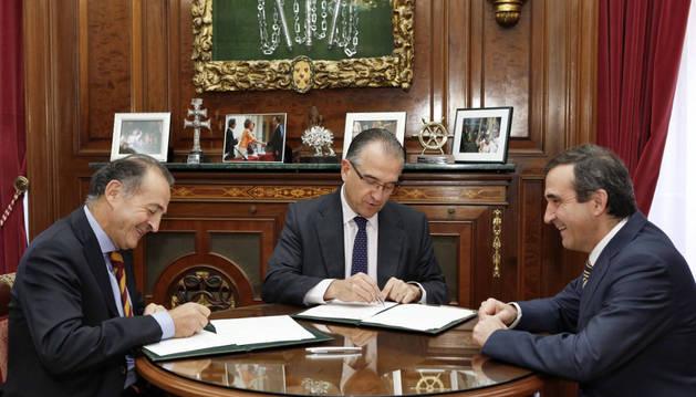 Representantes del sector cárnico y el alcalde de Pamplona, Enrique Maya, estamparon sus firmas