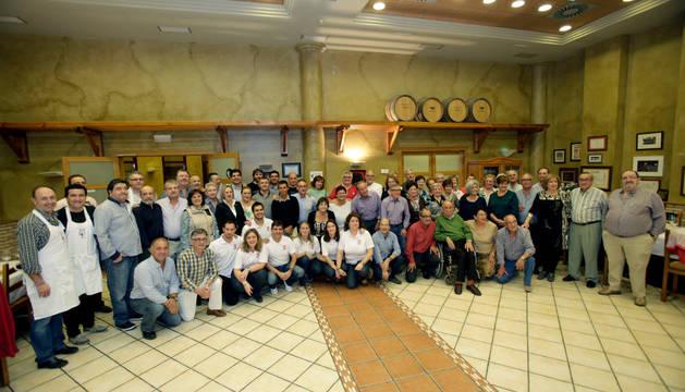 De izda. a dcha., Virginia Clemos y Fermín Serrano (Grupo de Danzas); Íñigo Castellano (Comparsa Gigantes); y José Aguado (federación El Hortelano).