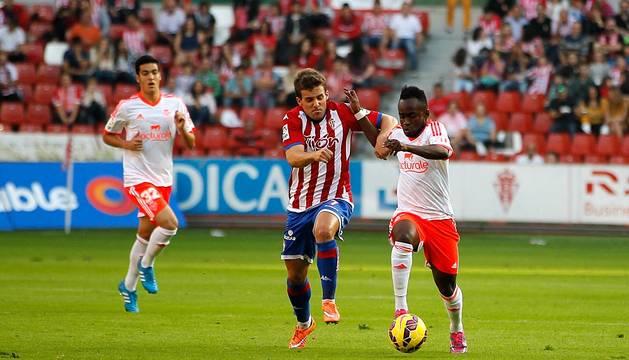 Encuentro correspondiente a la jornada 10 de la Liga Adelante, temporada 2014/2015, disputado entre el Sporting de Gijón y el C.A. Osasuna en el Estadio El Molinón