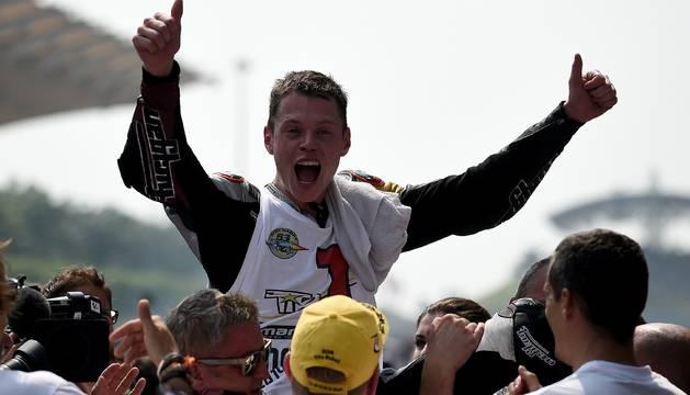 Tito Rabat celebra su campeonato mundial en moto2