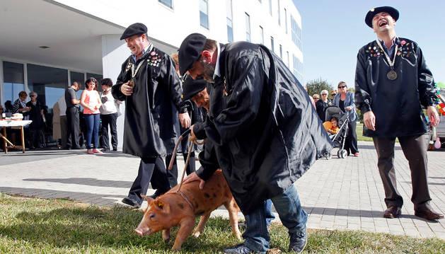 Miembros de la Orden del Cuto Divino acercan a 'Ausilio' a la entrada del Santo Hospital