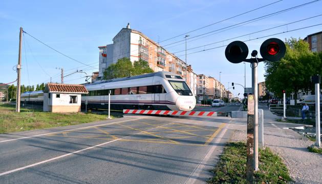 Un tren circula por el paso a nivel de Berriozar