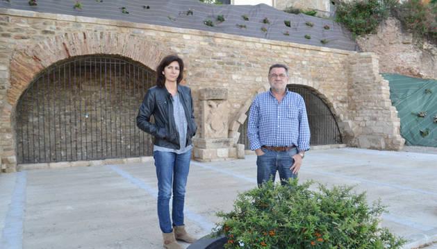 María José Verano y Rafael Felones delante de las bodegas