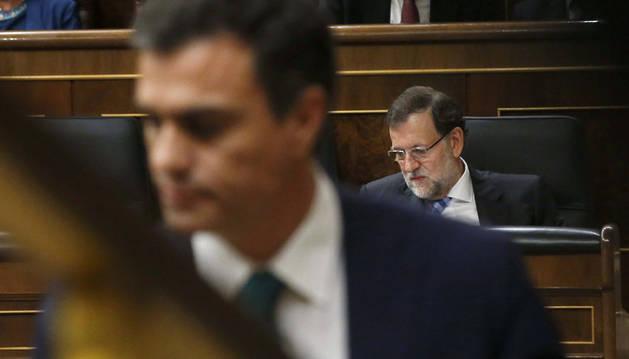 Pedro Sánchez, en primer plano, con Rajoy al fondo.