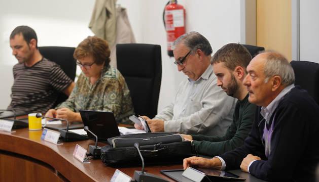 Parte de los concejales de la oposición en Zizur. De izquierda a derecha, Miguel Bermejo y Mari Jose Martínez , de I-E, José Ruiz, de PSN, Juan Luis López, PP, y Luis Ibero, de CDN.