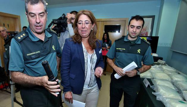 Carmen Alba, con efectivos de la Guardia Civil