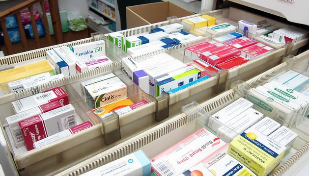 Cajón con medicamentos en una farmacia