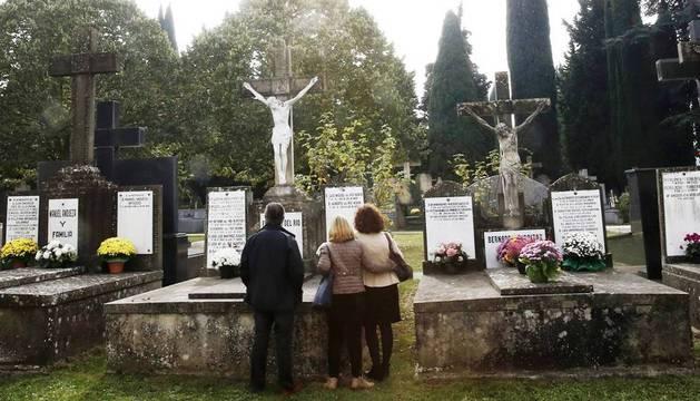 Cientos de pamploneses se han acercado al cementerio de la capital navarra en el Día de Todos los Santos, una fecha en la que este año acompaña la previsión meteorológica para animar a homenajear con flores y rezos a los familiares y amigos fallecidos.