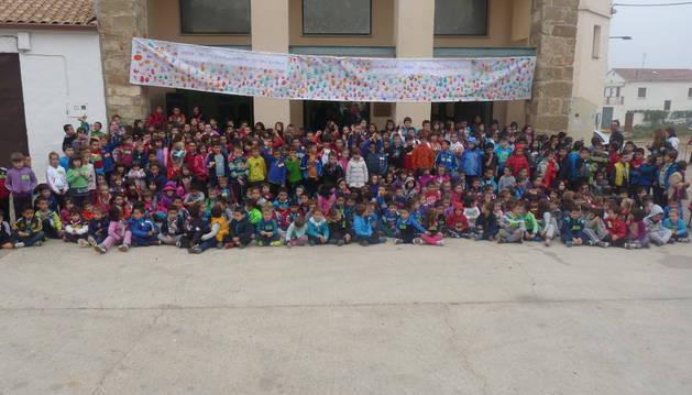 Los niños de la red de escuelas rurales de Tierra Estella posan en el exterior de la antigua bodega