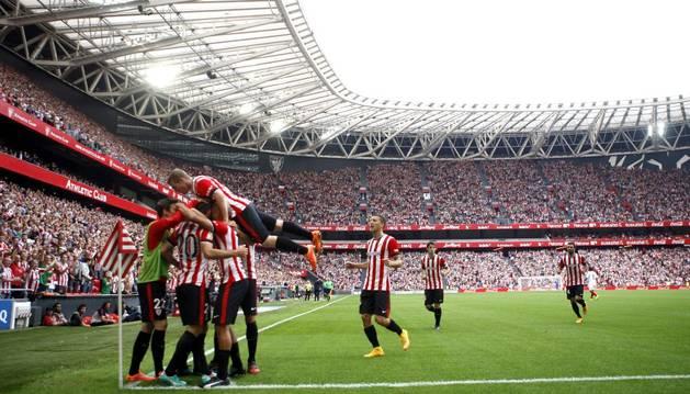 Los jugadores del Athletic celebran el gol de Aduriz