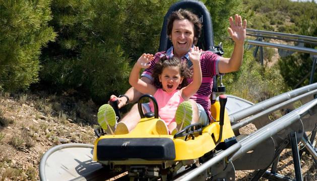 Un padre y su hija, lanzándose por el Bobsleigh de Sendaviva