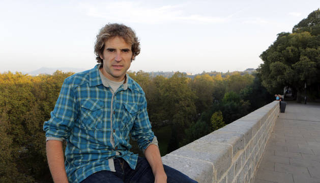 Aitor Iraizoz, sentado en uno de los muros de Caballo blanco