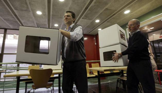 Dos voluntarios en un un colegio del centro de Barcelona, donde se ultiman los preparativos del proceso participativo del 9N.