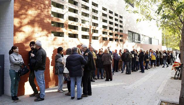 Cola para votar en un instituto de Sabadell
